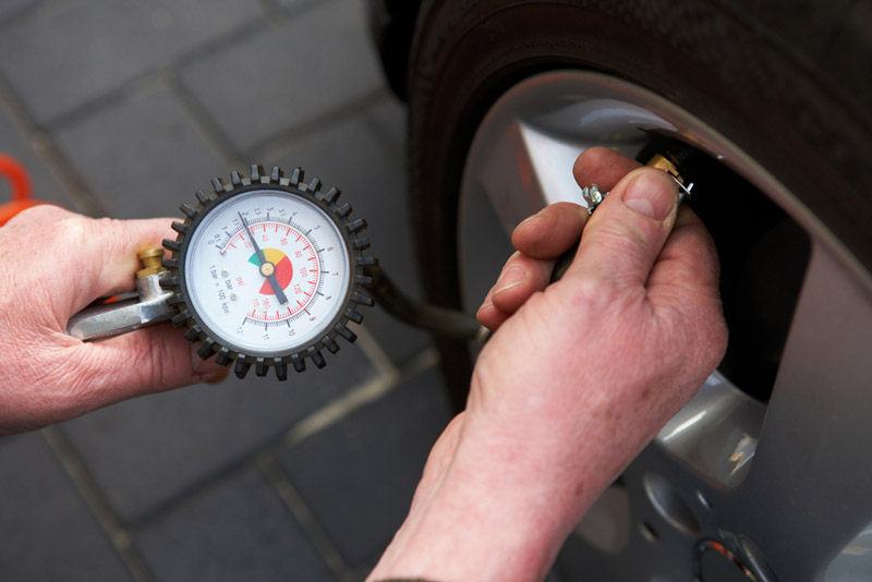 kiểm tra áp suất lốp xe ô tô