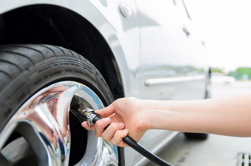 Cách bơm lốp xe ô tô đủ áp suất đúng cách