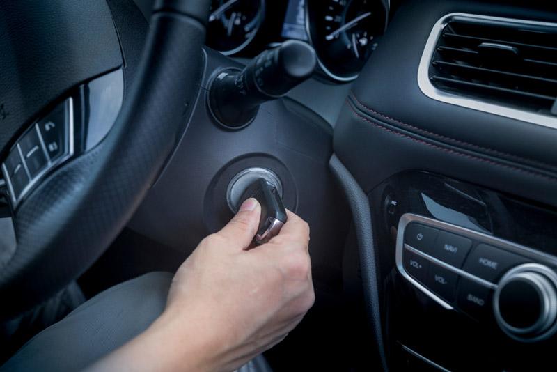 Khởi đọng xe ô tô xem ắc quy có hoạt động không